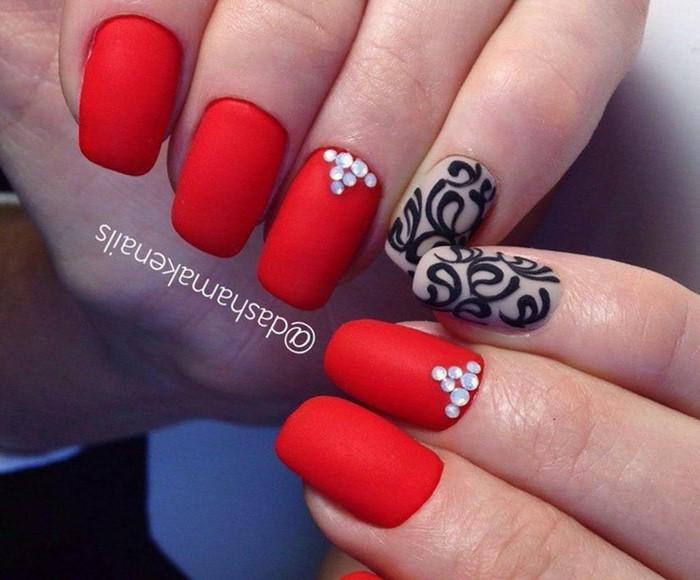 Ногти красные декор
