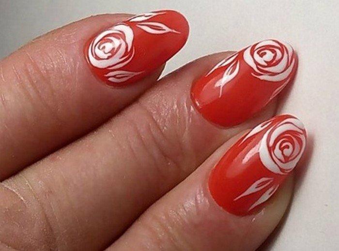Рисунок на ногтях красным по белому