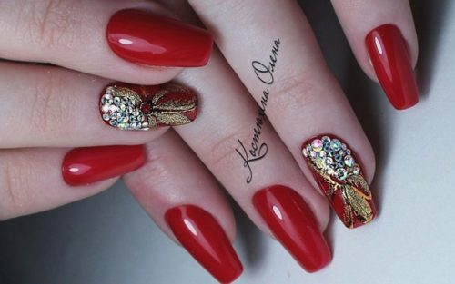 Дизайн ногтей красные с золотом со стразами