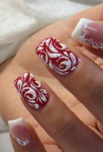 красные-ногти-с-вензелями-и-посыпкой-блестками