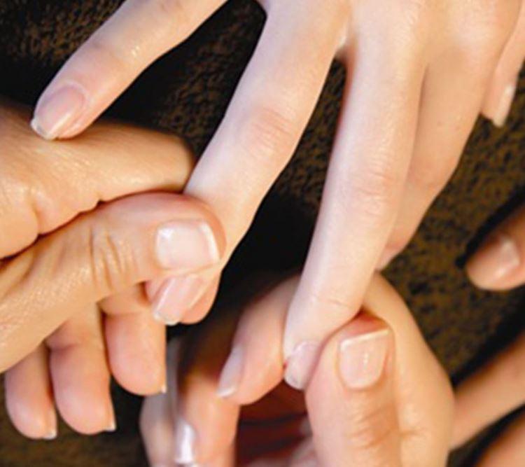 ногти массажируют в салоне