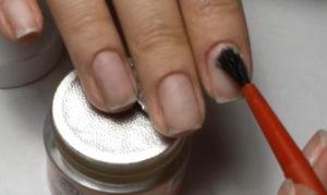 нанесение кисточкой воска на ногти
