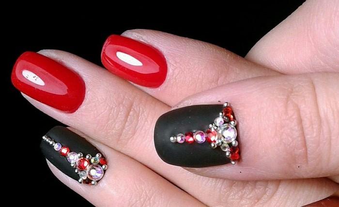 черно красные ногти с красными стразами
