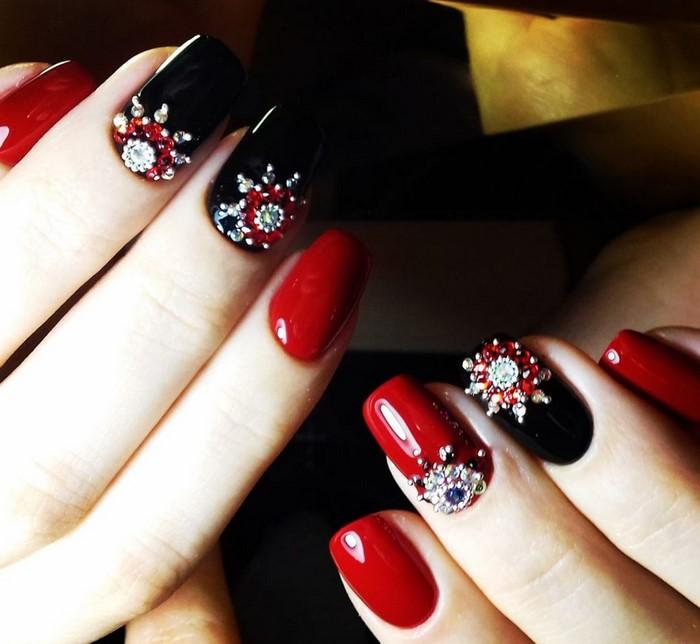 красные ногти лунка в стразах