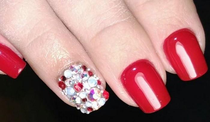 красные ногти с серебристо-красными стразами