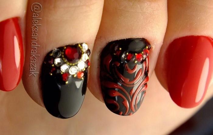 лунка цветок из страз на красных ногтях