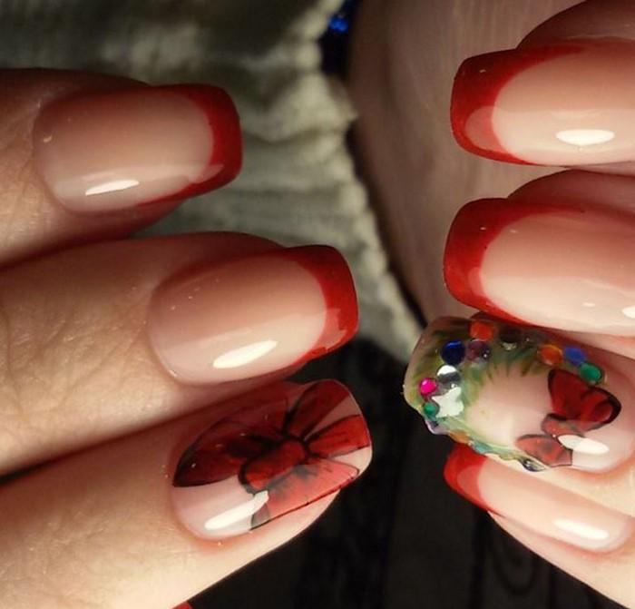 красный френч со стразами на ногтях