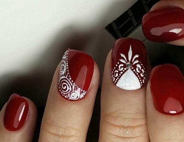 красные ногти с белыми ензелями и стразами