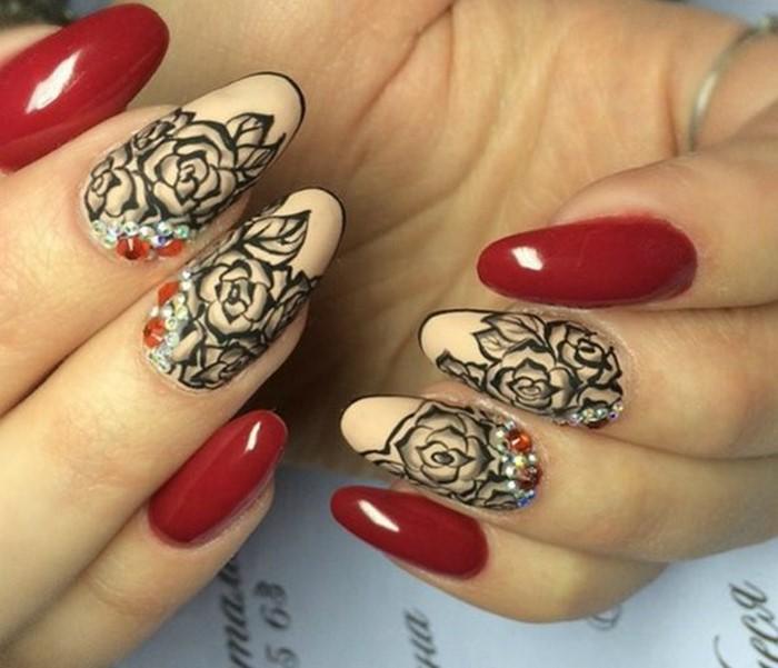 красные ногти с черными разами и стразами