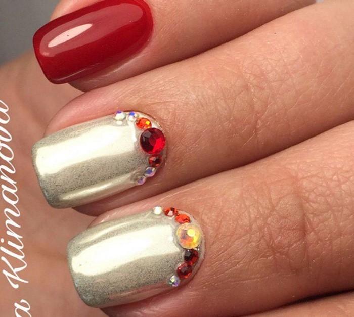 серебристо-красные ногти со стразами