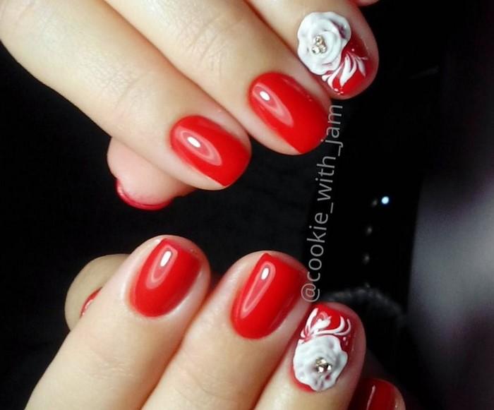 красные ногти с белой лепкой и стразами
