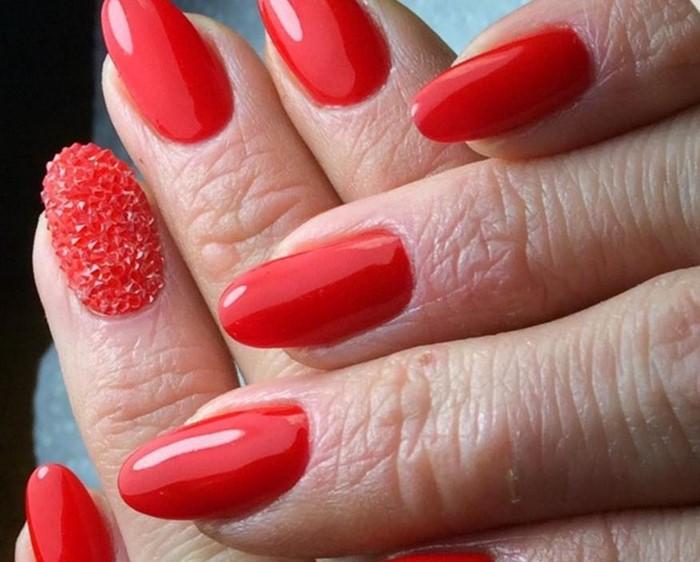красные ногти с бульонками и стразами