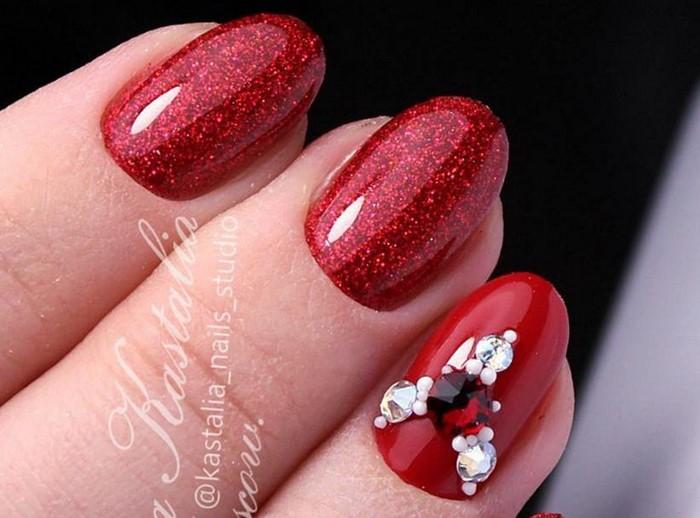 блестящие красные ногти с белыми стразами