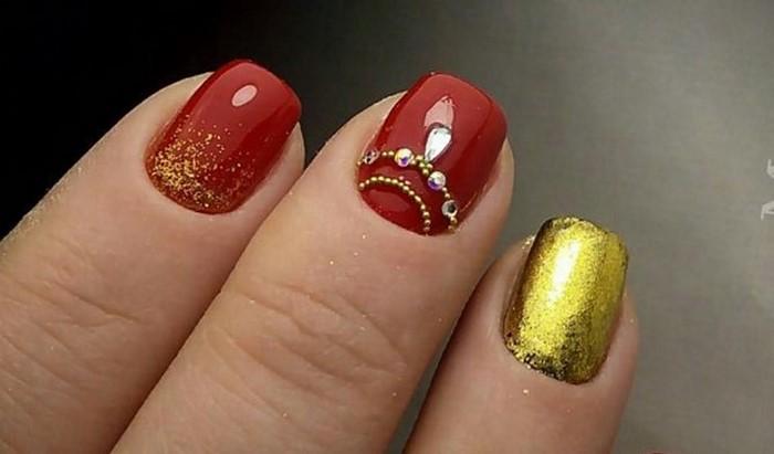 красно-золотые ногти со стразами