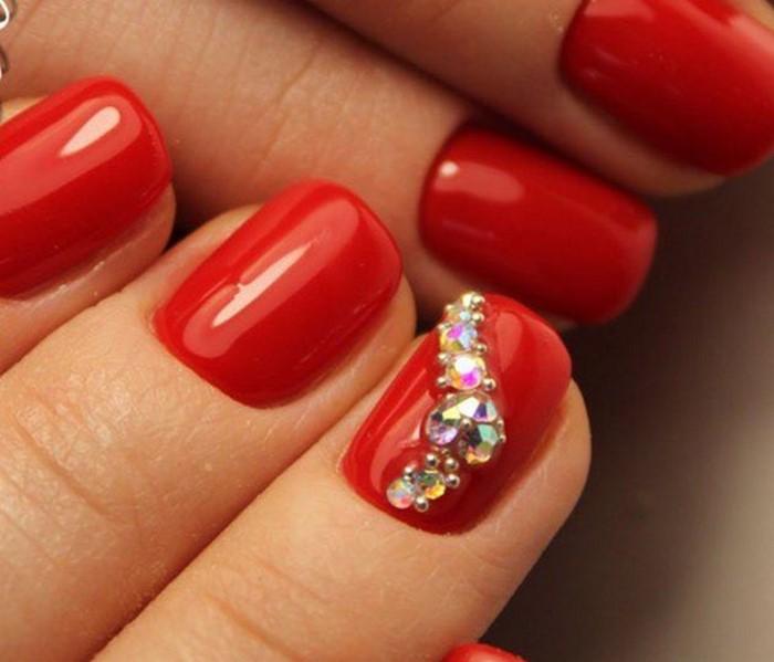 красные ногти со стразами зердце