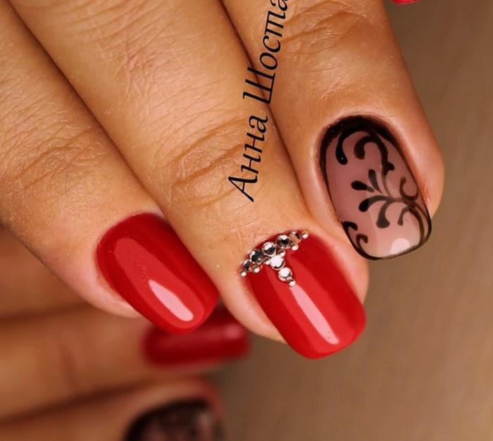 красные ногти с черными вензелями и стразами