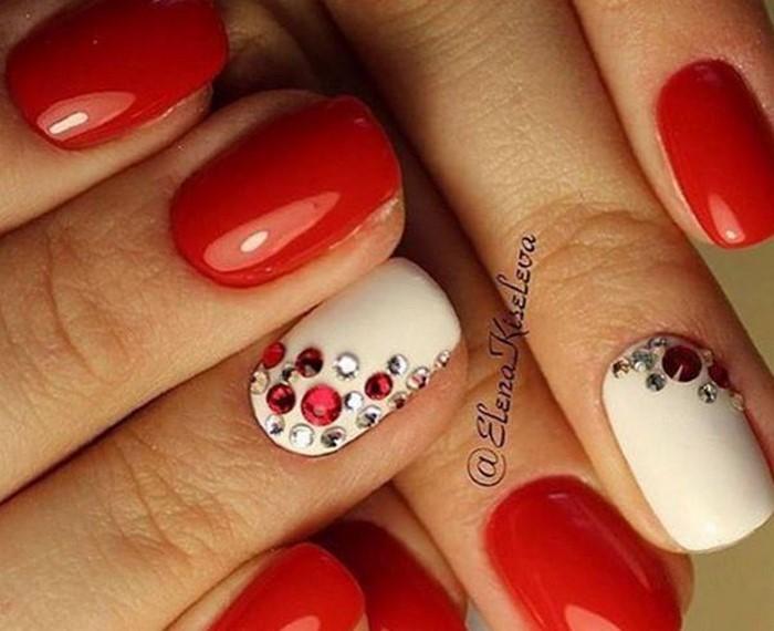 красные ногти с красными стразами