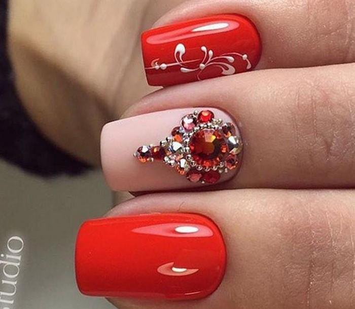 красно-белые ногти со стазами