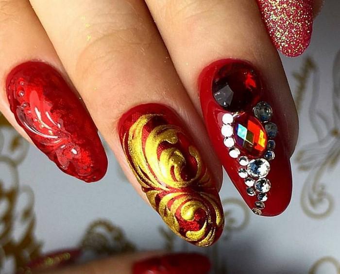 большие стразы на красных ногтях