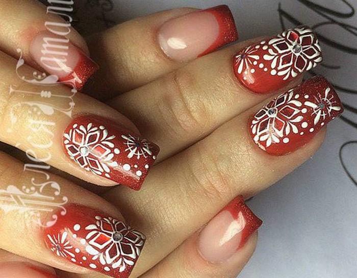 снежинки со стразами на красных ногтях