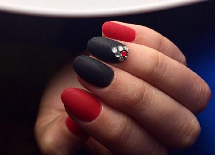 матовые красно-черные ногти со стразами