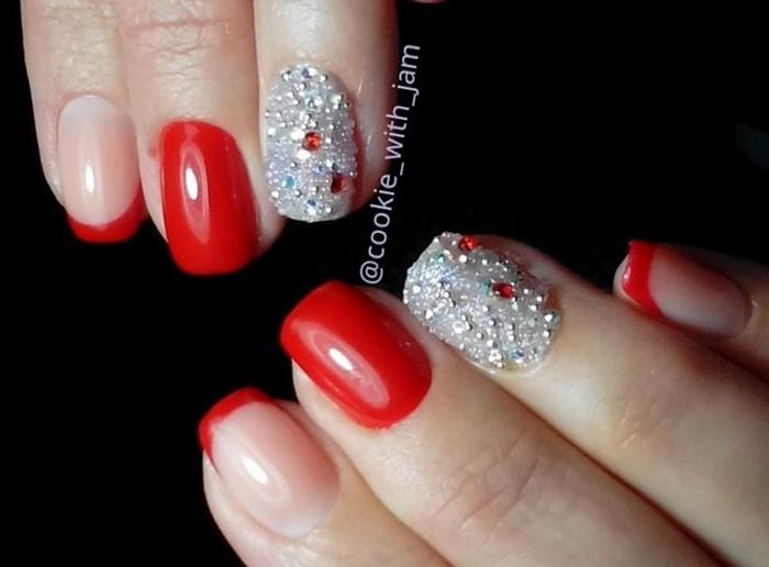 серебристые стразы на красных ногтях