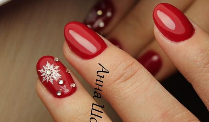 снежинка со стразами на красных ногтях