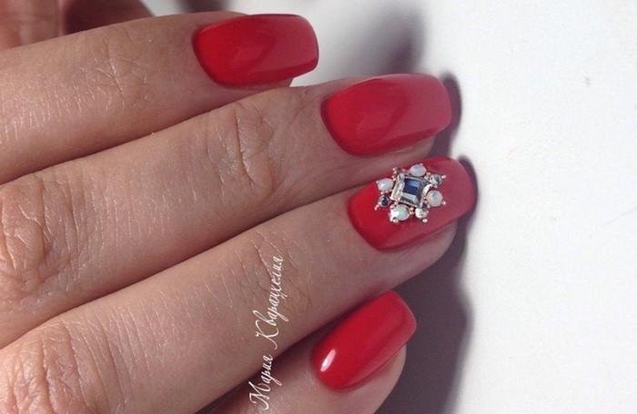 цветок из страз на красных ногтях