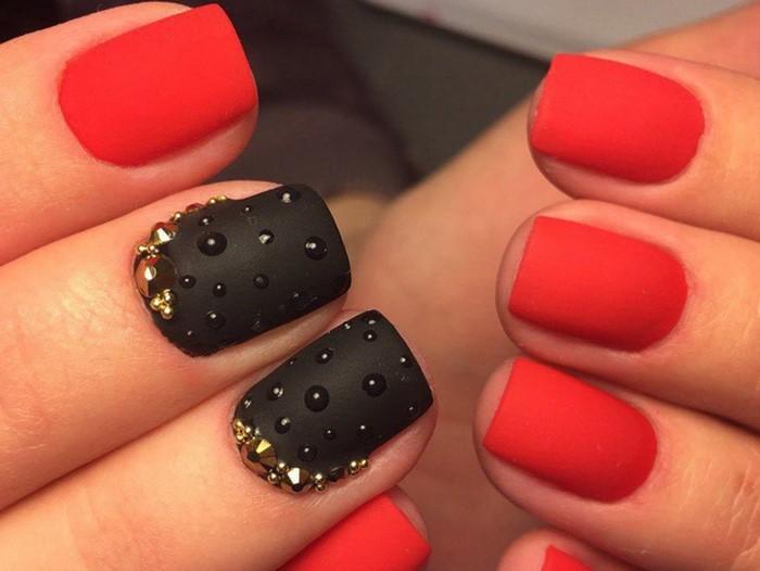 черно-красные ногти со стразами
