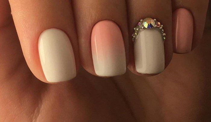 розово белые ногти со стразами