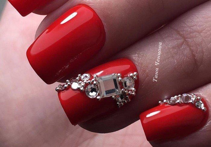 красные ногти с квадратной стразой