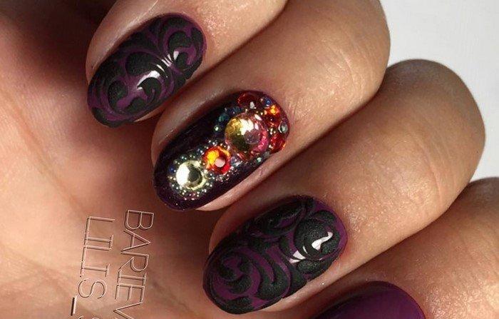 черные вензеля на ногтях со стразами