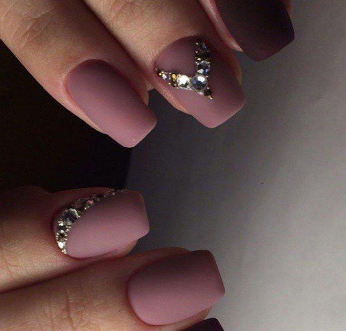 матовые розовые ногти с уголком из страз