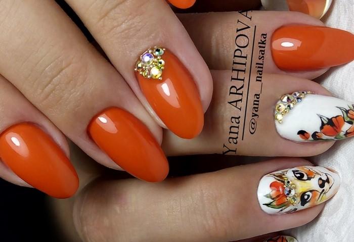 оранжевые ногти с рисунком и стразами