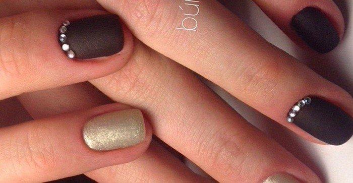матовые коричневые ногти со стразами