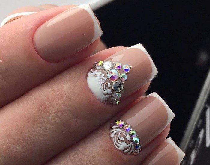 белая лунка ногтей со стразами