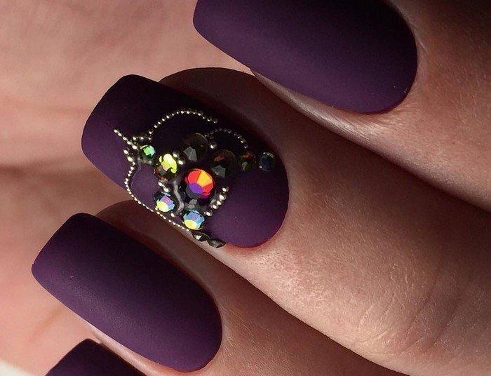 матовые фиолетовые ногти со стразами