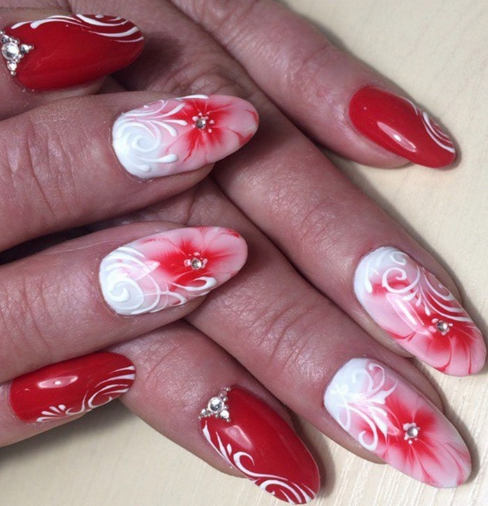 красные цветы и стразы на ногтях