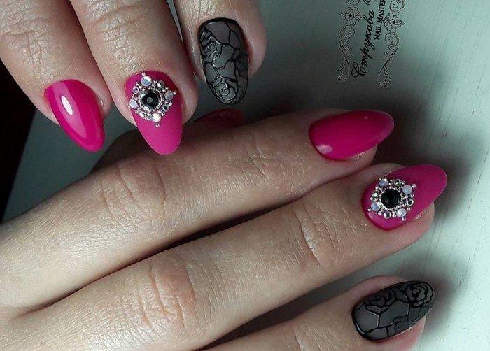 малиновые ногти с черными розами и стразами