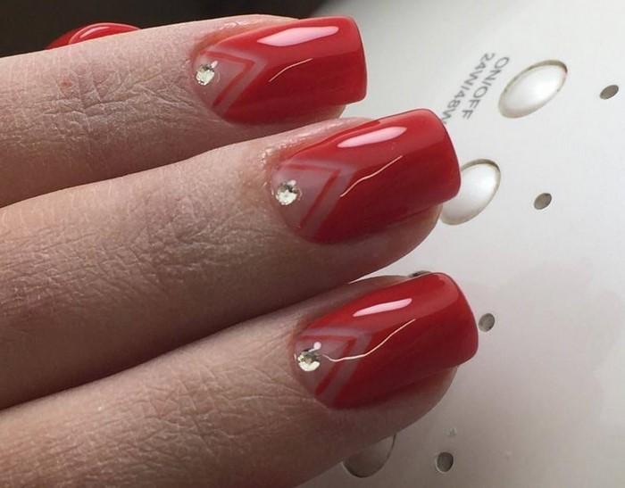 красные ногти с уголками и стразами