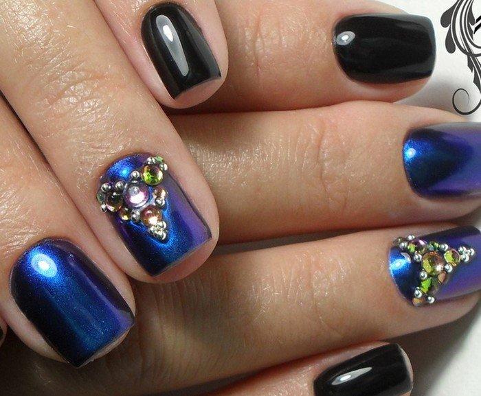 синие и черные ногти со стразами