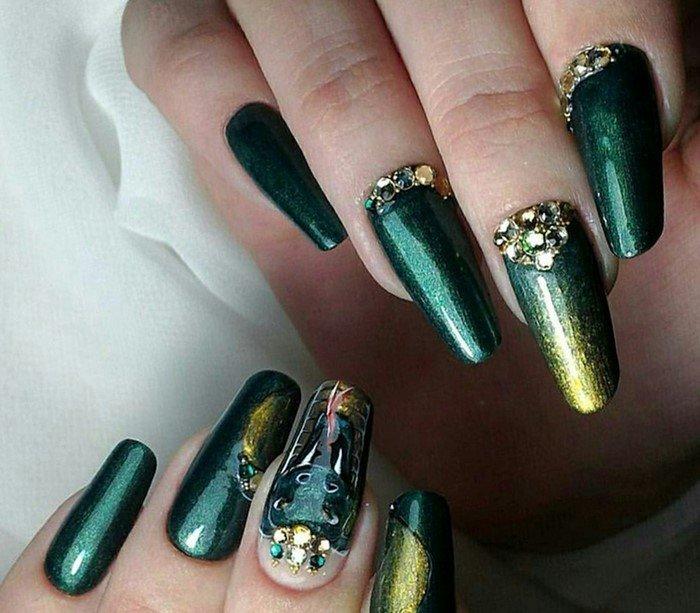 зеленый и золотой ноготь со стразами