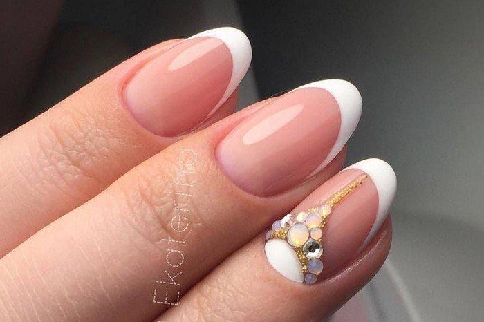 короткие мендальные ногти со стразами