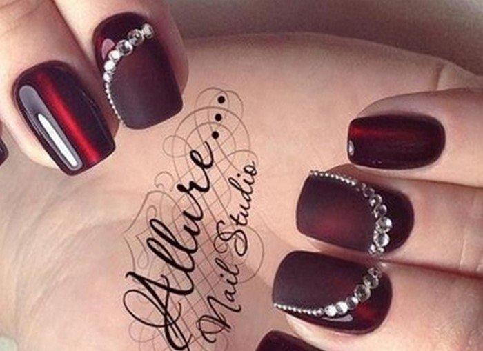 глянцево-матовые бордовые ногти со стразами