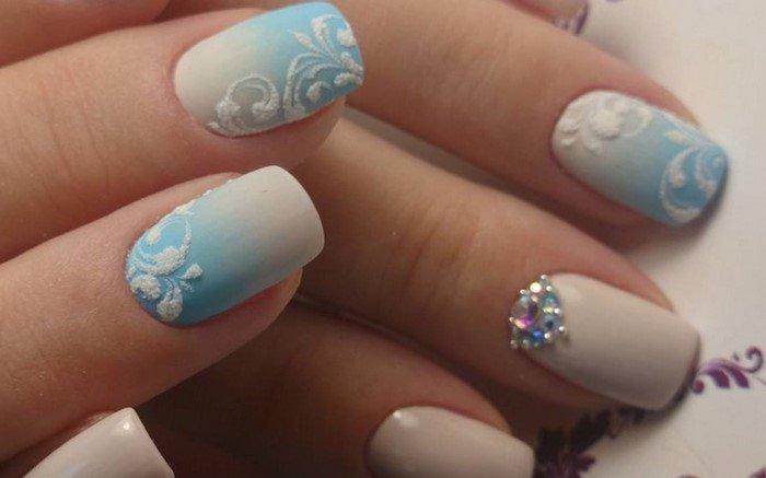 голубое омбре на ногтях со стразами