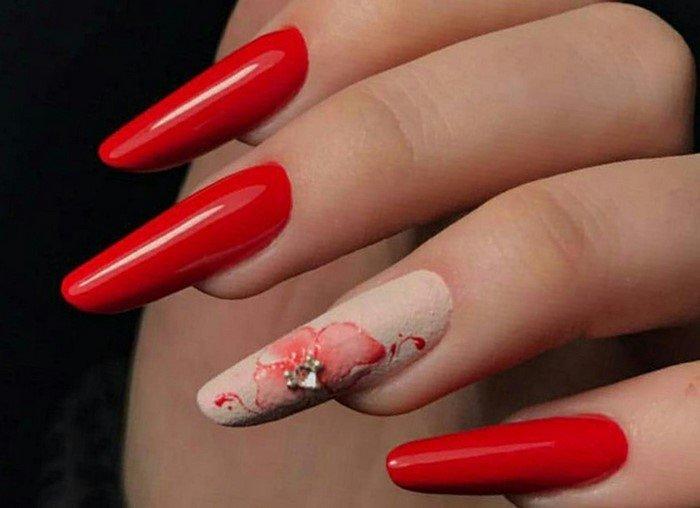 мендалевидные красные ногти с цветком и стразами