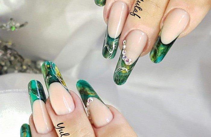 длинный зеленый френч на ногтях со стразами