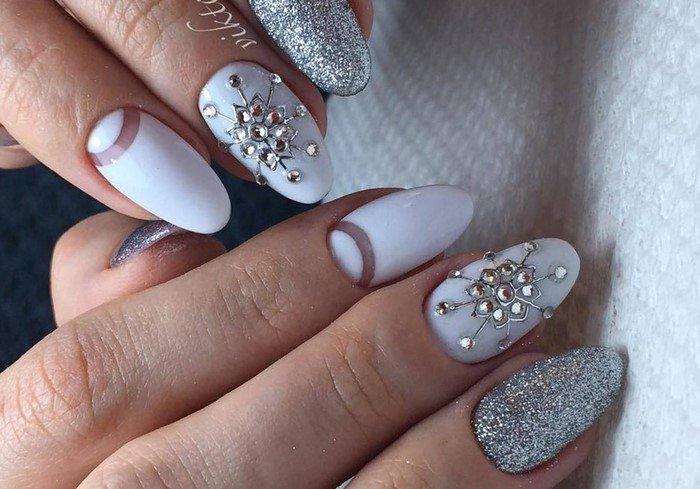 белые ногти со снежинками из страз