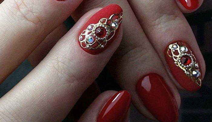 красные ногти с литьем и стразами