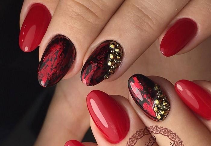 красные ногти с фольгой и стразами